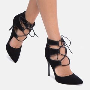 Black heel pump
